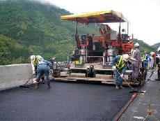 橋面舗装の施工状況