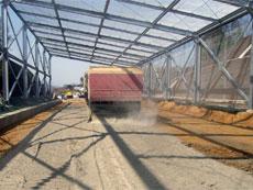 散布車による固化材散布状況
